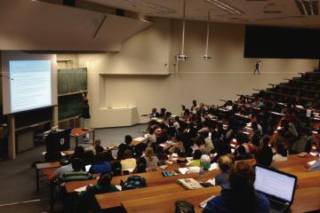 """Fotografía de un aula de universidad. """"Reconstruir el espíritu científico en la formación sanitaria"""", un artículo de Ignacio Crespo y Leonardo Caveda"""