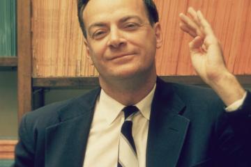 Fotografía de Richard Feynman como carátula de un capítulo de A Ciencia Cierta: La física de Richard Feynman