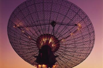 Radiotelescopio del observatorio Parker como carátula de un capítulo de A Ciencia Cierta: La búsqueda de vida extraterrestre: A Ciencia Cierta / Fotografía de CSIRO