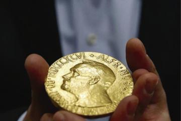 Fotografía de la medalla del premio Nobel como portada del episodio de Coffe Break: NOBELs; Exoluna; NASA y SETI; Duende y Planeta 9