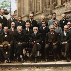 Fotografía del quinto congreso Solvay (1927) como carátula de un capítulo de A Ciencia Cierta
