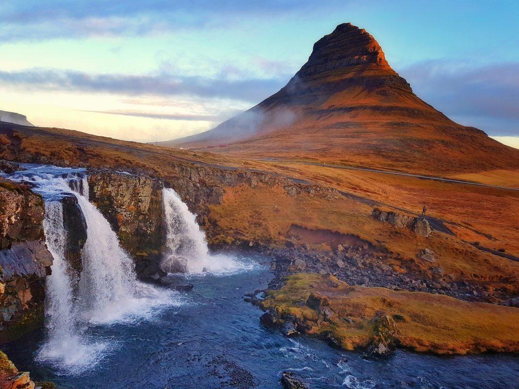 Fotografía de la montaña Kirkjufell en Islandia