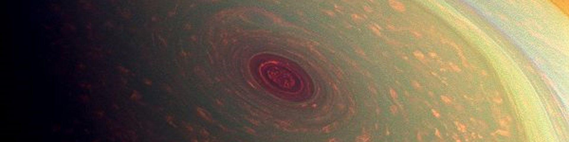 Hexágono de Saturno en falso color para resaltar las tormentas tomada por Cassini (NASA 2013) como portada de Un hexágono polar: ULÛM