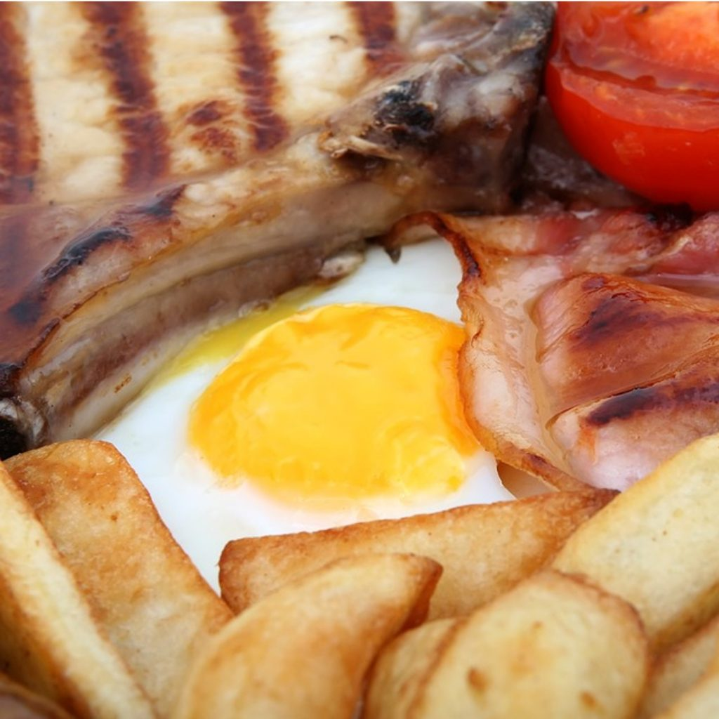 Fotografía de stock de un desayuno británico como portada del episodio de A Ciencia Cierta: La verdad sobre el colesterol