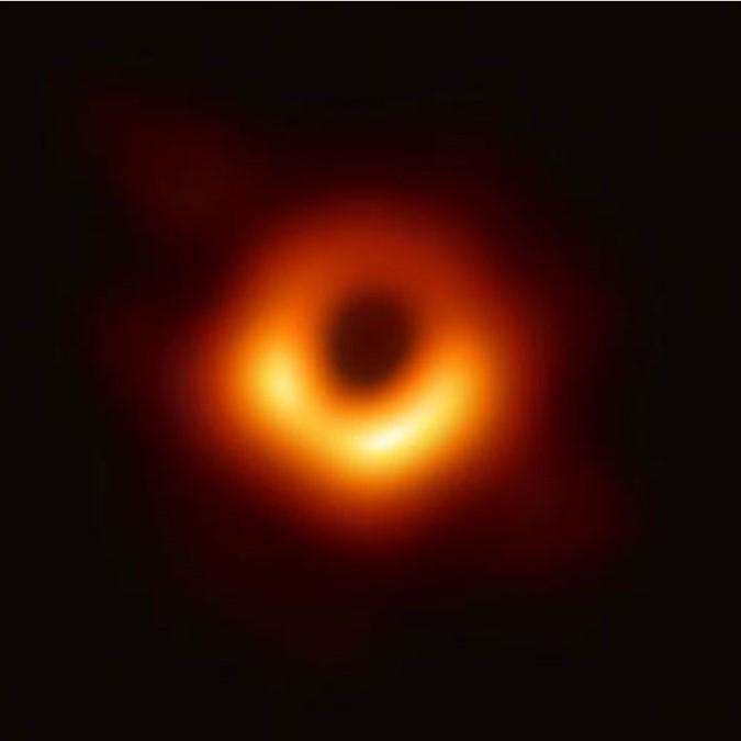 Imagen del agujero negro en M87* tomada por el proyecto Event Horizon mediante interferometría de base ancha como portada del episodio de A Ciencia Cierta: Agujeros Negros