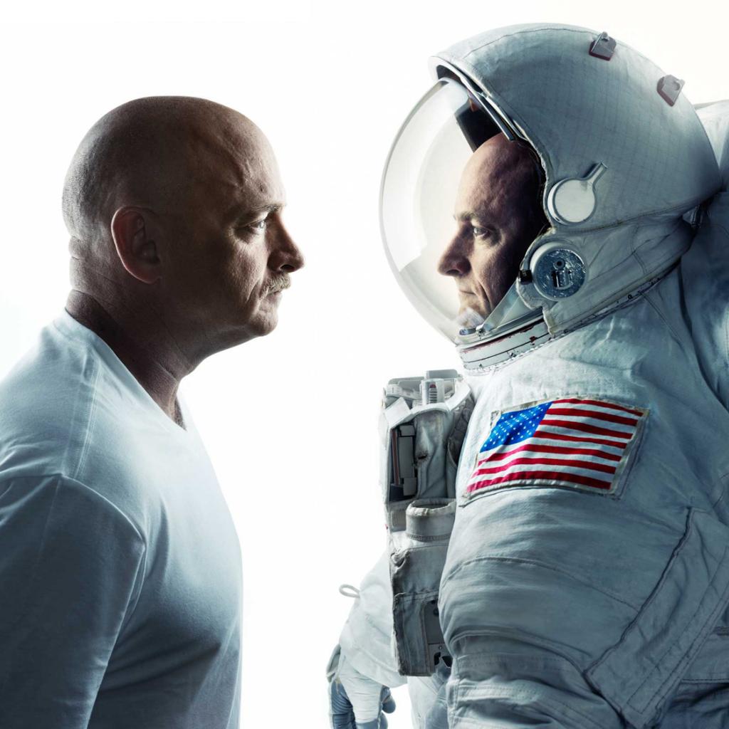 Fotografía de los gemelos Kelly (modificación de la revista Time) como portada del episodio de Aparici en Órbita: Tú al espacio y yo a mi casa. La historia de los gemelos Kelly