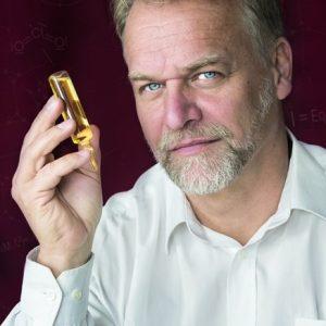 """Fotografía de Andreas Kalcker (portada de su libro """"Forbidden Healt: incurable was yesterday"""") como portada del artículo de El periódico de aquí: El MMS: Pegarle un poquito a la lejía no cura el autismo"""