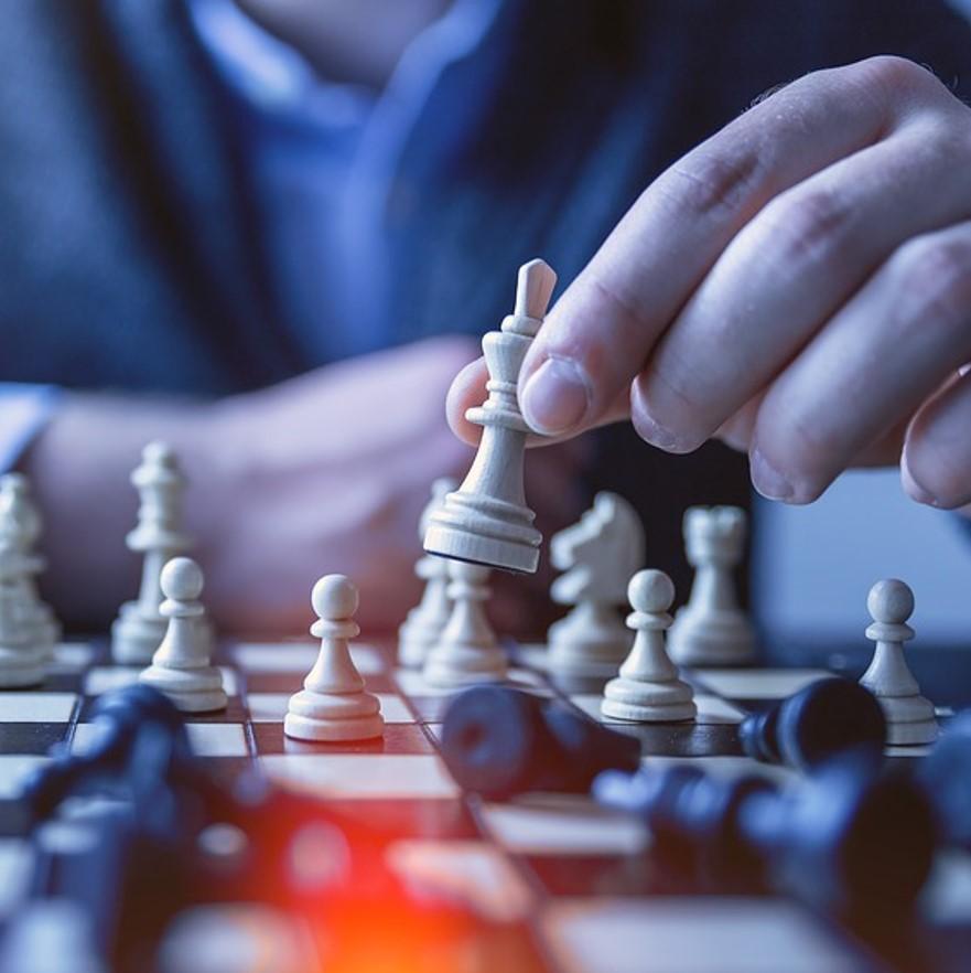 Fotografía de un hombre jugando al ajedrez como portada del capítulo de A Ciencia Cierta: Ajedrez y ciencia