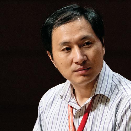 Fotografía de He Jiankui durante la II cumbre internacional de Edición Genética Humana (Hong Kong - 2018) utilizada como portada del episodio de Coffee Break: He Jiankui β-amiloide y alzheimer ProAm Molière y estrellas que desaparecen