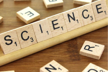 Mano de Scrabble formando la palabras Science como portada del programa de A Ciencia Cierta ¿Cómo está afectando el coronavirus a la ciencia?