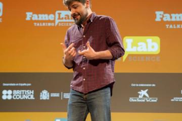 """Fotografía tomada en la Alóndiga de Bilbao representando el monólogo """"Hurgando en la basura celular"""" durante la semifinal de Famelab 2017."""