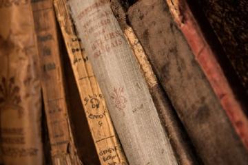 Estantería con libros antiguos como portada del capítulo de A Ciencia Cierta: Libros de ciencia