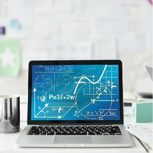 Modelos matemáticos para la edpidemia: ordenador portatil con ecuaciones y gráficas inconexas como portada del capítulo de A Ciencia Cierta