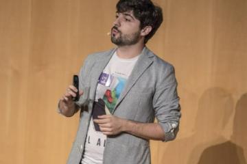 """Fotografía dando la charla """"El don de olvidar"""", impartida en BCNspiracy 2019"""